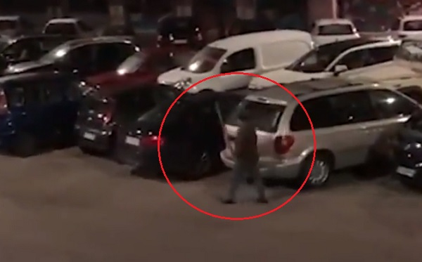 Több, mint 50 autót vert szét egy vascsővel egy férfi Róma egyik lakótelepén