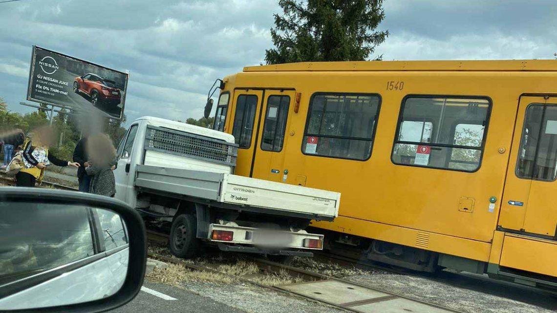 FOTÓK: Kisteherautóval ütközött villamos a 19. kerületben délelőtt