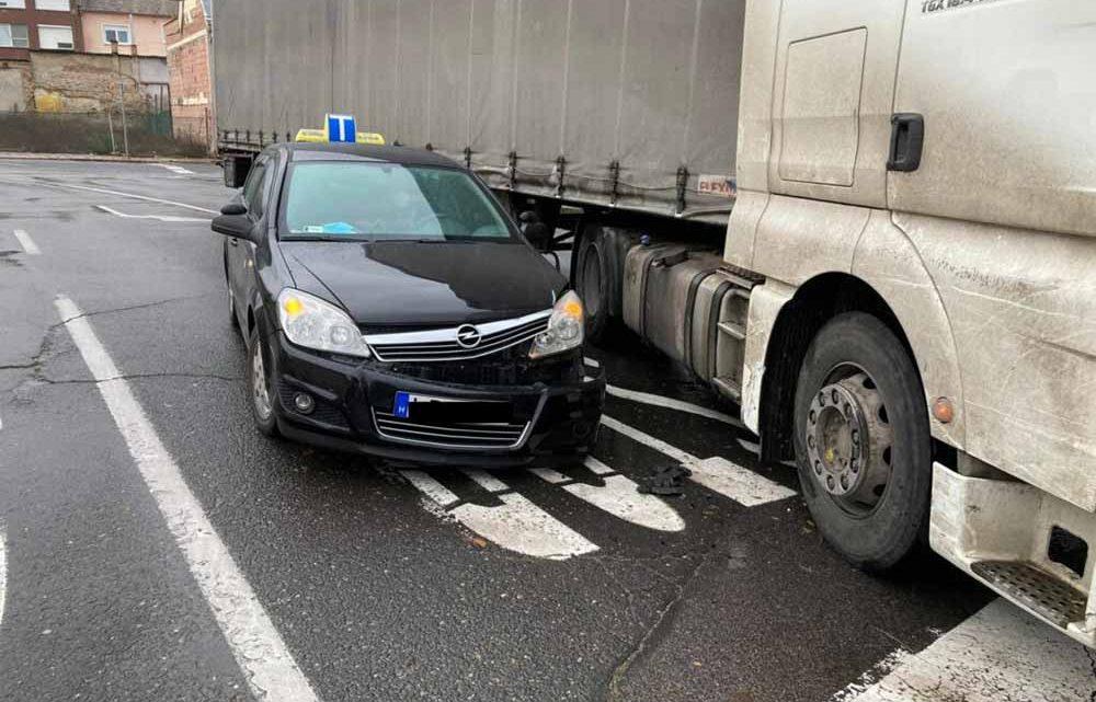 Ha tanulóvezetőként a vizsgán egy kamionnal ütközöl az bukás? Baján történt a nem mindennapi baleset