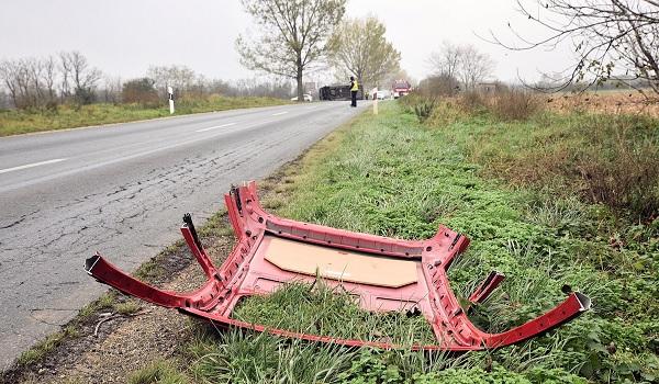 FOTÓK: Rosszul rögzített autótető esett le egy utánfutóról, ami miatt felborult egy furgonos – A vétkes elhajtott a helyszínről