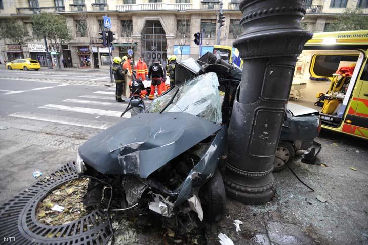 Egy 17 éves fiú halt meg hajnalban a Károly körúton, mert autóval egy oszlopnak csapódott