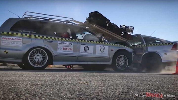 VIDEÓ: Ez történik veletek a megpakolt kocsiban 50-nél, pláne, ha nem vagytok bekötve