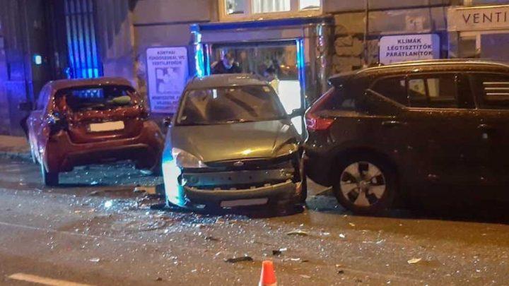 Letarolta az autókat egy kisteher a budai utcában, állítólag egy bringás miatt