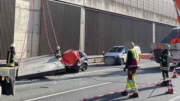 Rázuhant az öttonnás zajvédő fal egy autóra Németországban. A sofőr azonnal meghalt