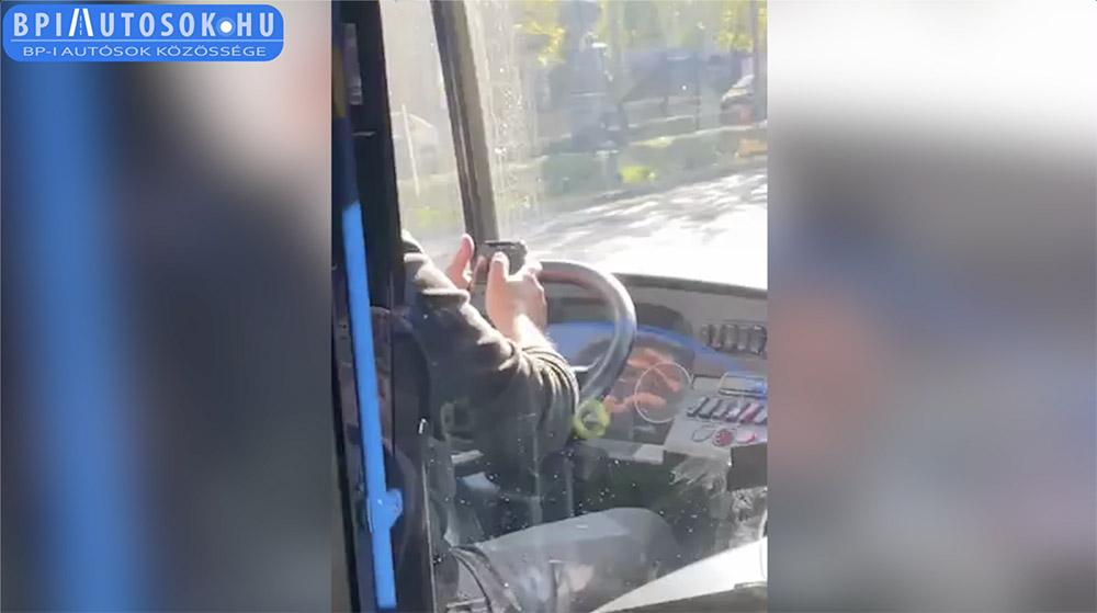 VIDEÓ: Nem volt rövid az az üzenet, amit a 105-ös busz sofőrje megírt vezetés közben