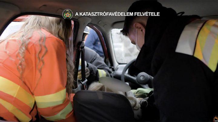 VIDEÓ: A csomagtartón keresztül kellett kiemelni a balesetben sérült nőt a Könyves Kálmán körúton
