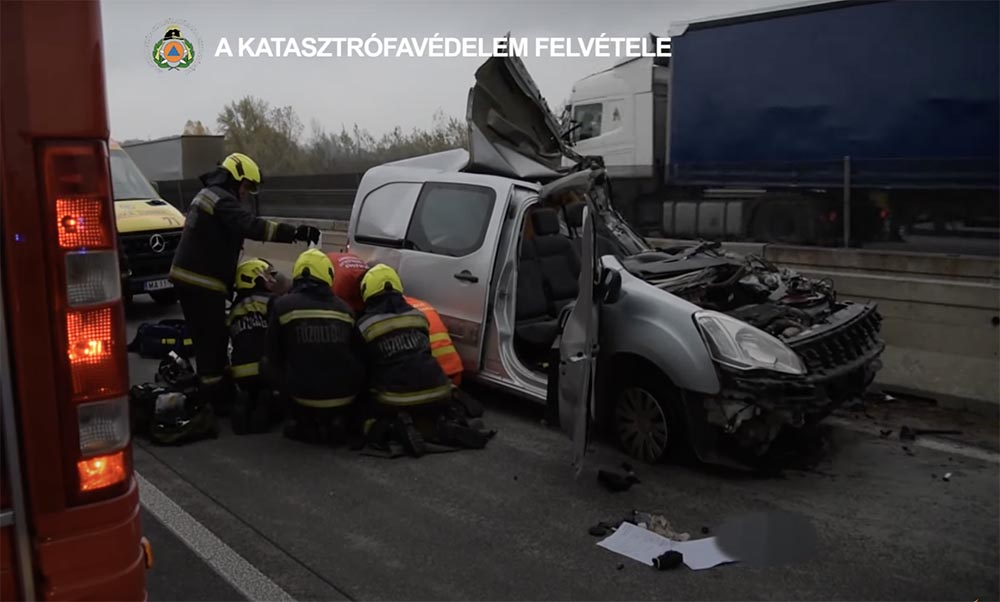 VIDEÓ: Ez maradt a furgonból, ami egy kamionnal karambolozott tegnap