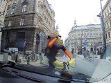 VIDEÓ: Olyat vert a bicikis futár dühében a motorháztetőre, hogy behorpadt. Majd bemutatott és elhajtott