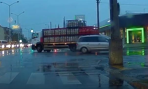 VIDEÓ: Kanyarodás közben esett le egy gázpalack a teherautóról Nyíregyházán