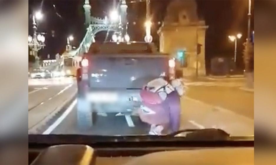 VIDEÓ: Óriásit zakózott a terepjáróba kapaszkodó gördeszkás a Szabadság hídon