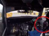 VIDEÓ: Menet közben esett le az autóversenyző kormánya. A higgadtság, ahogy kezelte, ámulatba ejtő