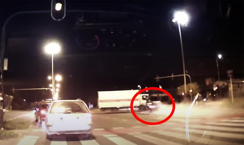 VIDEÓ: Hatalmas sebességgel csapódott az Audi a kanyarodó teherautóba