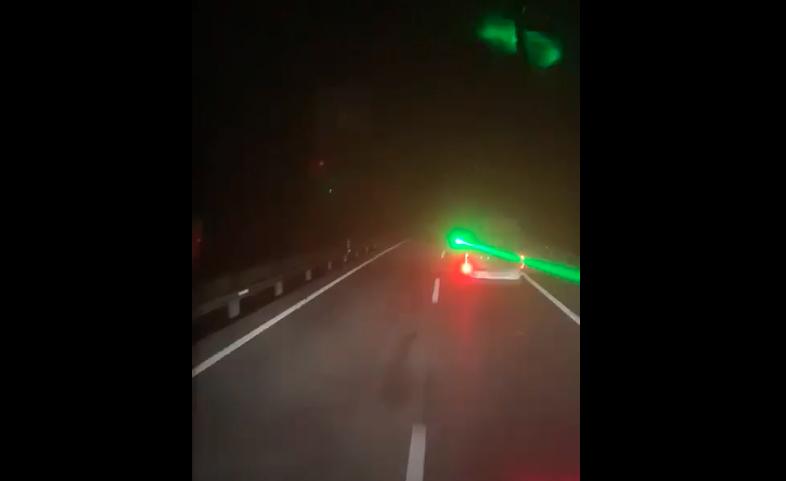 VIDEÓ: Lézerrel próbálta elvakítani a büntetőfékező sofőr a mögötte jövőt