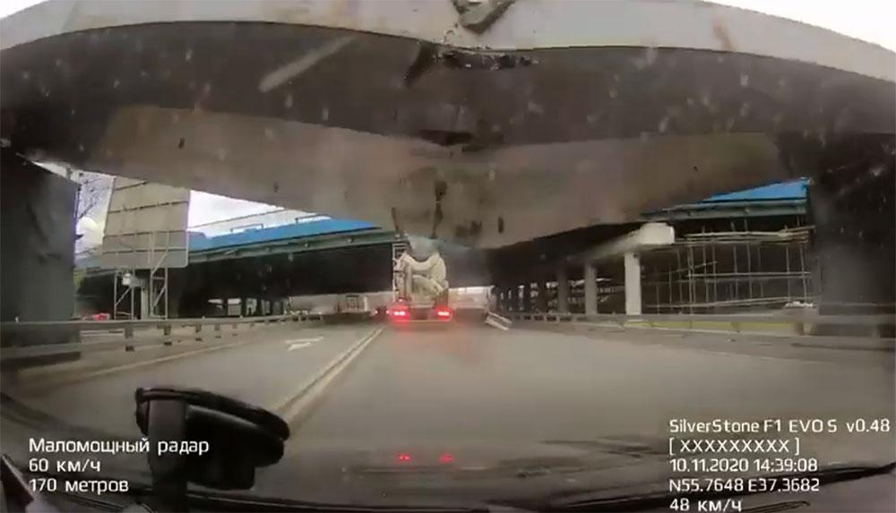 VIDEÓ: Kártyavárként zuhant egy autóra az orosz magasságkorlátozó