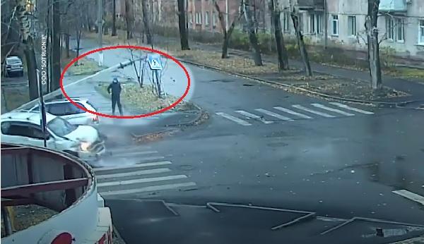 VIDEÓ: Békésen sétálgatott, majd hirtelen centiken múlt az élete – Ennek a férfinak tuti nem alszik az őrangyala