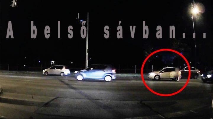 VIDEÓ: A Ferihegyi Reptérre vezető út belső sávjában pisiltette meg kisgyermekét