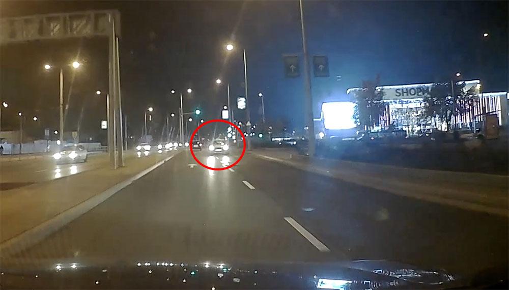 VIDEÓ: Szerencsére időben elrántotta a kormányt a forgalommal szembe hajtó autós az Üllői úton