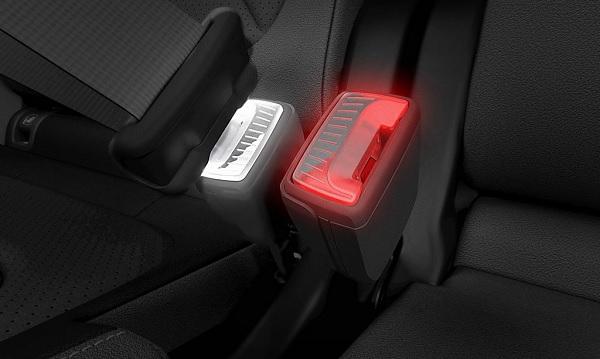 Több színben világító övcsattal tenné biztonságosabbá autóit a Skoda