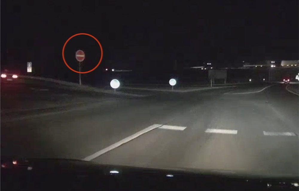 VIDEÓ: Így hajt fel valaki szembe a forgalommal az M1-es autópályára