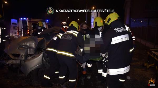 VIDEÓ: Súlyos baleset, oszlopnak ütközött egy autó este a Szentendrei úton