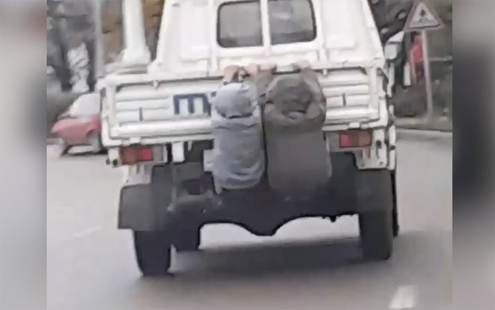 """VIDEÓ: Őrület! Két fiatal azzal szórakozott, hogy egy kisteherautó platójára csimpaszkodva """"utazott"""""""