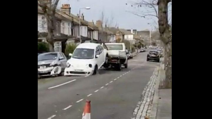 VIDEÓ: Autó elszállítás mesterfokon. A sofőrnek tutira új munkát kell keresnie :)