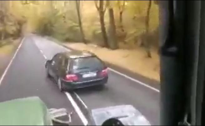 VIDEÓ: Traktoros előtt büntetőzött, de olyan leckét kapott, hogy valószínűleg többet nem jut eszébe ilyet tenni