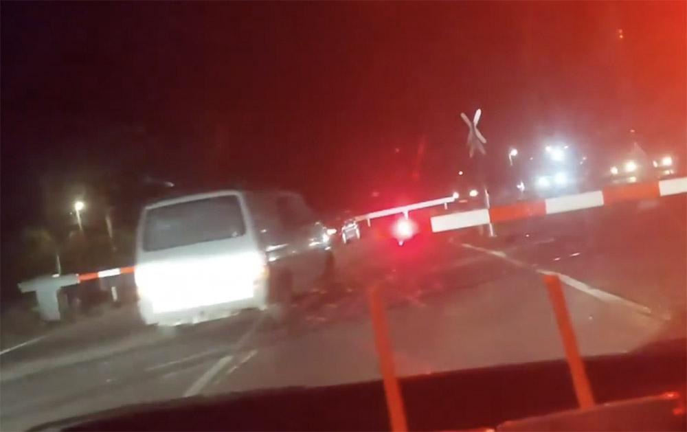 VIDEÓ: Üzemzavar?! 40 másodperc alatt 9-en hajtottak át a tilos jelzésen. Megkérdeztük Pető Attilát