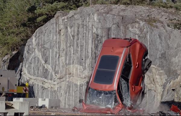 VIDEÓ: 30 méter magas daruról ejt le autókat a Volvo, de nem szórakozásból csinálja ám