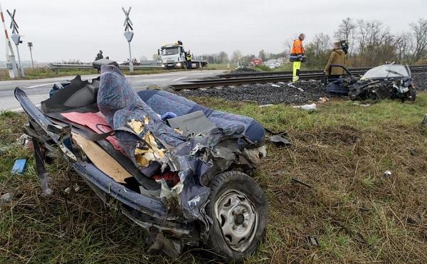 FOTÓK: Kettészakította az érkező vonat az autót Győrnél- A személyautó sofőrjét kórházba szállították