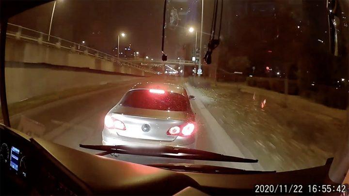 VIDEÓ: Az M3 metrópótlót büntetőfékezte a Volkswagen sofőrje vasárnap délután