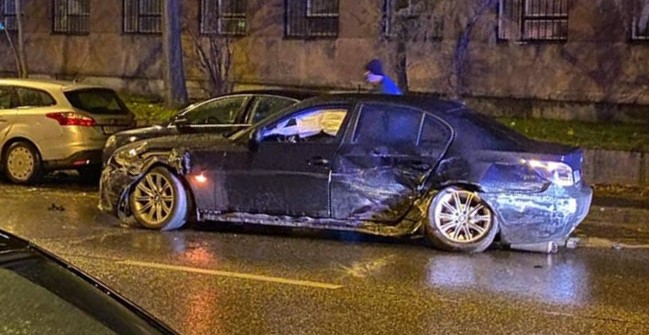 Lelépett a sofőr, miután egy elbénázott drifteléssel összetörte a parkoló autókat Pesterzsébeten