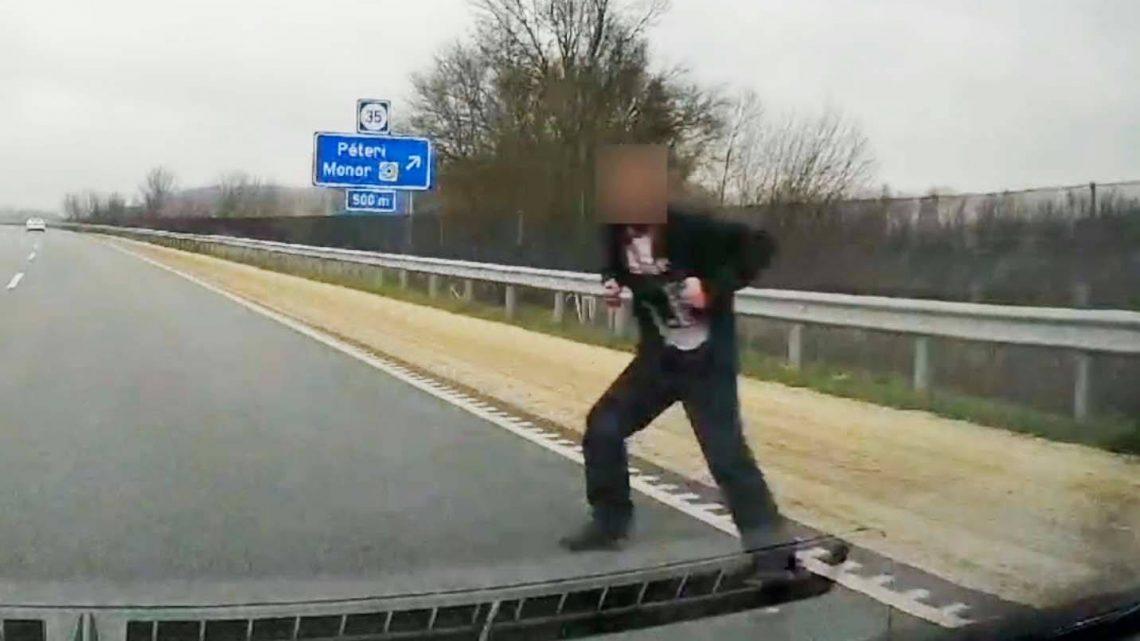 VIDEÓ: Nem kicsit volt ijesztő, amit művelt egy férfi az M4-es autóúton tegnap