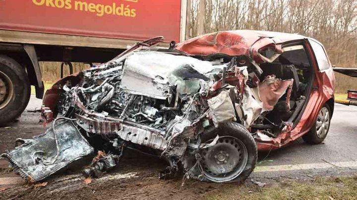 Előzésből tért volna vissza a kamion, de frontálisan ütközött egy Forddal