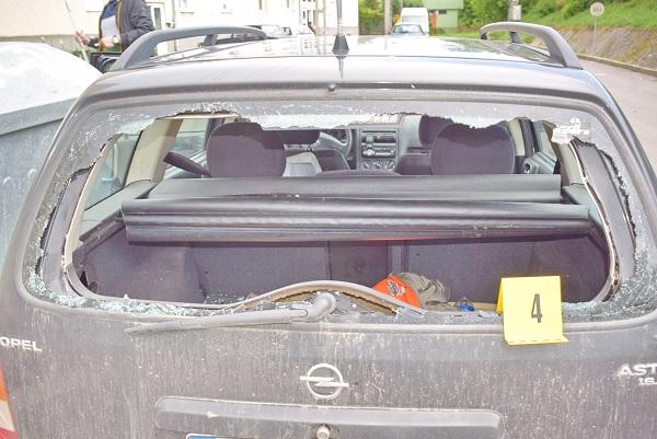 FOTÓK: Rátámadt egy nő egy idősebb férfira, majd dühében saját autóját is összetörte egy husánggal