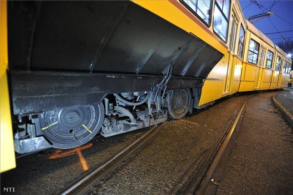 Ütközött két villamos és az egyik ki is siklott ma reggel a Közvágóhídnál