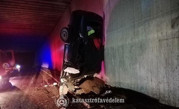 FOTÓK: Vasúti töltésnek hajtott, majd a felüljáróhídnak ütközött, kettészakadt és orral az útpadkán állt meg egy autós Tatabányán