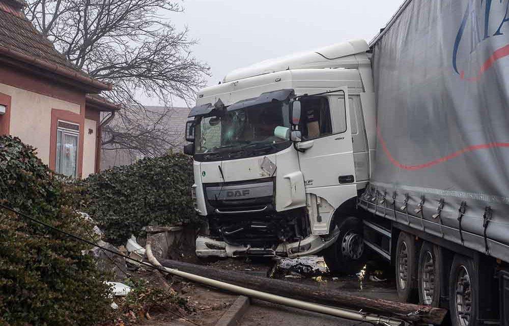 FOTÓK: Távközlési oszlopot, kerítést és gázcsonkot döntött ki egy kamion