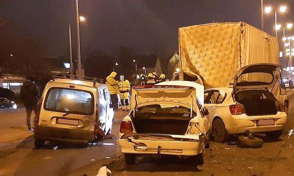 FOTÓK: Lassítás nélkül rohant a pirosnál álló kocsisorba egy autós tegnap az Üllői úton