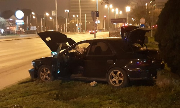 FOTÓK: Bedrogozva versenyzett két autós éjjel az Üllőin – Hatalmas karambol lett a vége