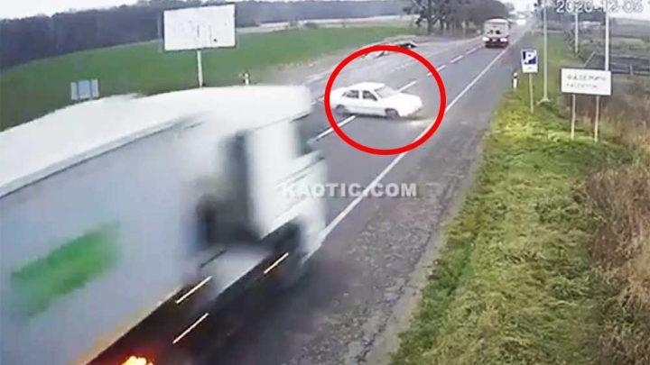 VIDEÓ: Óriási sebességgel zúzta össze az autót a kamion az ukrán felvételen