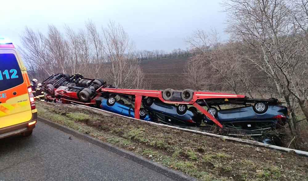 Fotók: Árokba borult egy autószállító az M1-esen Győrnél