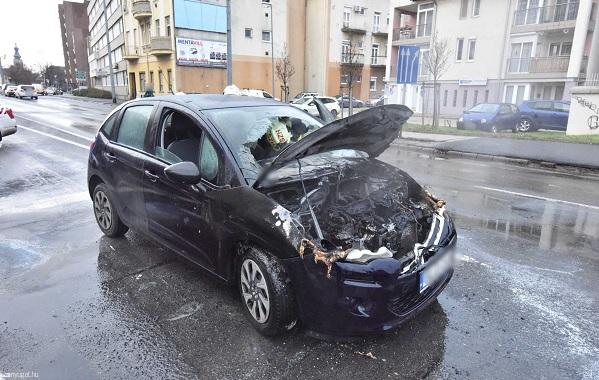 FOTÓK: Műszaki hiba miatt gyulladt ki egy Citroen a pirosnál – Példás összefogással próbálták oltani az arra járók