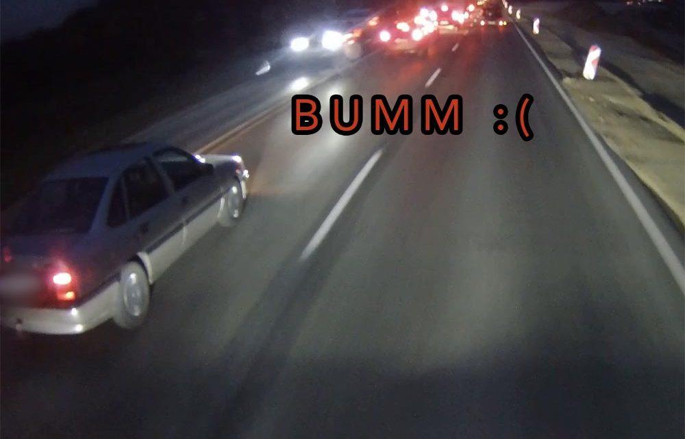 VIDEÓ: Kb. 50-nel belecsapódott az álló sorba a Vectra. Nem tudjuk, hogy mivel lehetett elfoglalva