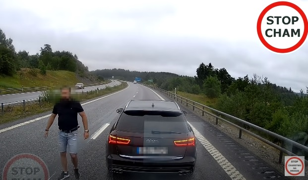 VIDEÓ: A lengyel utak Dredd bírójának hiszi magát a férfi, aki büntetőzéssel leckézteti a furgonosokat