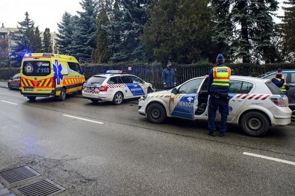 FOTÓK: Négy autó, köztük két rendőrautó ütközött délután az Istenhegyi úton