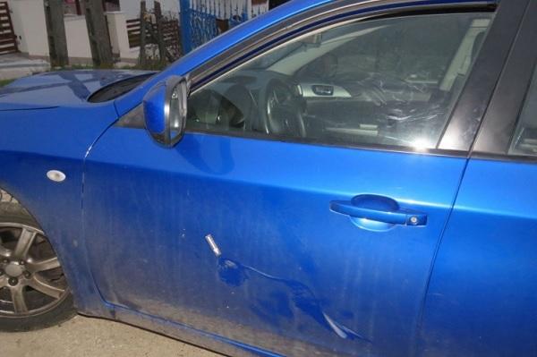 Megvertek egy autóst, mert az nem húzódott le hamarabb a szűk utcában, mint a szemből érkező