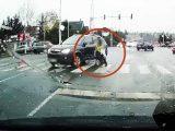 Videón, ahogy elsodor egy gyalogost Szentendrén egy kanyarodó Opel