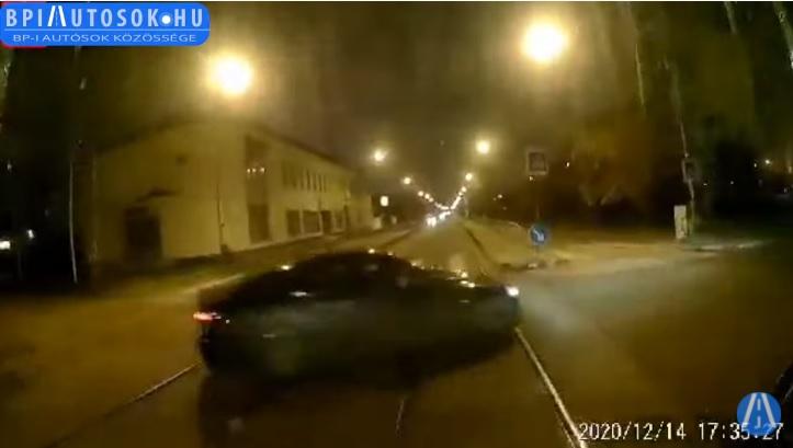VIDEÓ: Lassított, de megállás helyett mégis a gázba taposott és az érkező villamos elé hajtott az autós