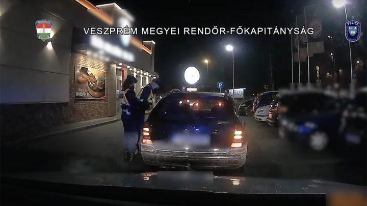 VIDEÓ: Drága hamburgert ehetett a mercis, a suzukis pedig az rendőrök orra előtt került (volna) dugót